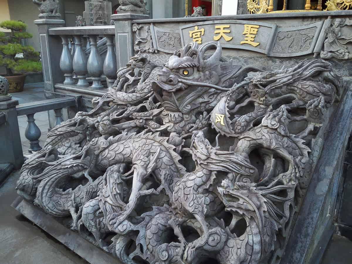 聖天宮の石の透かし彫り