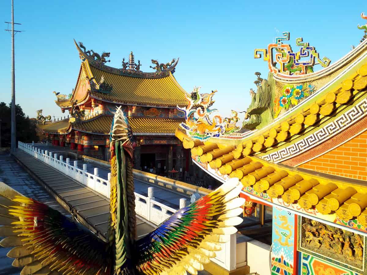 聖天宮の黄色い屋根瓦と龍