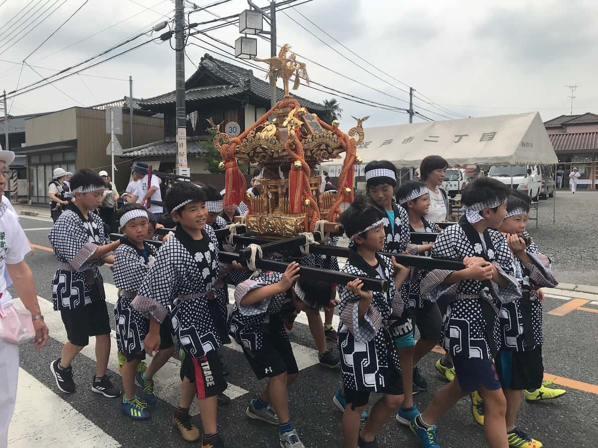 坂戸八坂祭の神輿を担ぐ少年たち