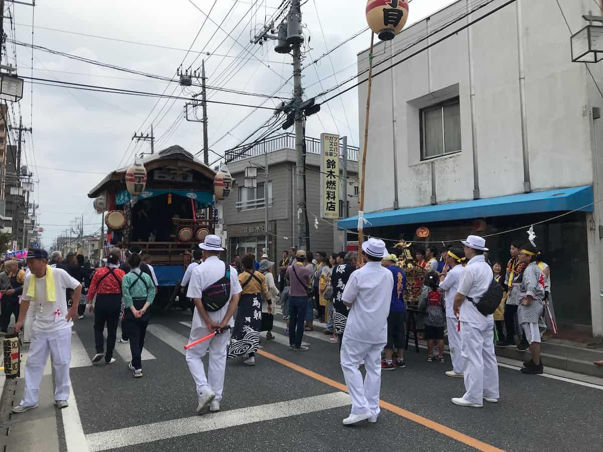 八坂祭の山車に集まる人だかり