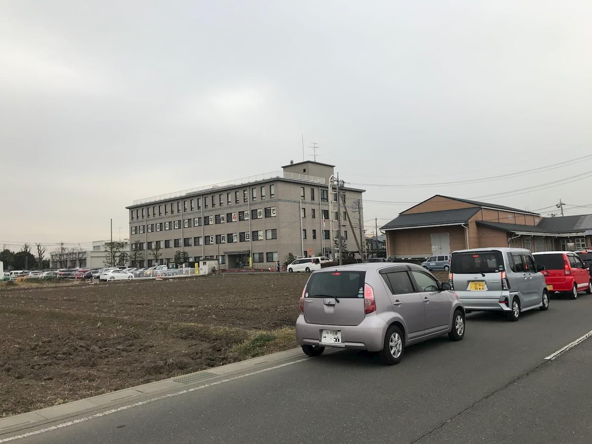 川越税務署前の駐車待ちの車の列