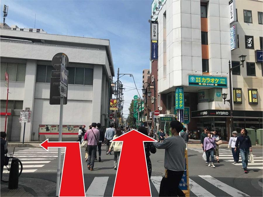 「三菱UFJ銀行川越支店」の交差点を左折または直進