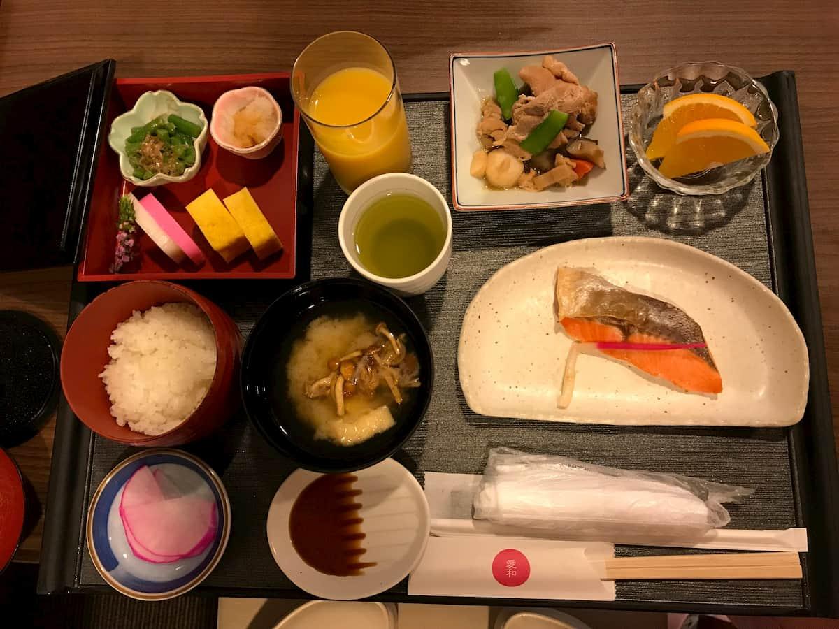鮭と筑前煮とご飯と味噌汁