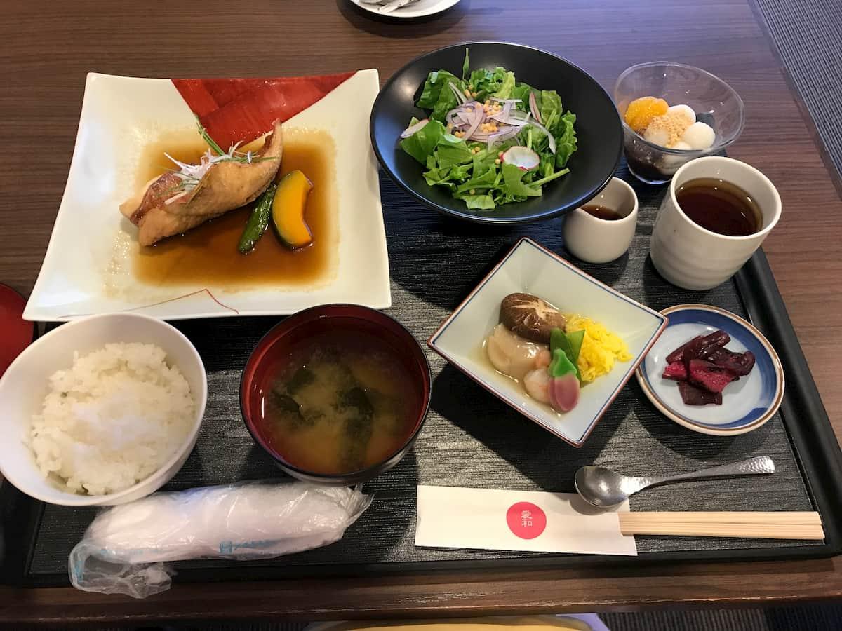 金目鯛とサラダとご飯と味噌汁