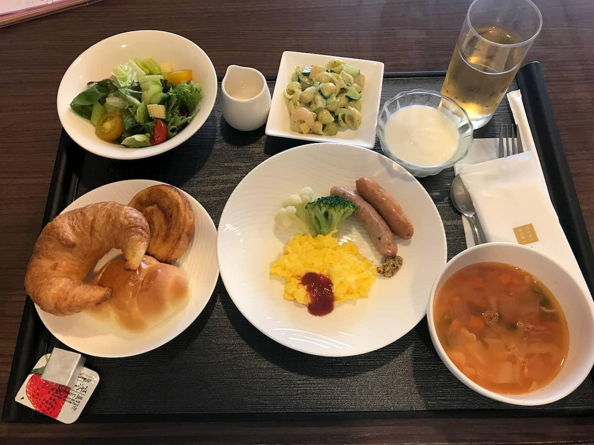 オムレツとパンとサラダとスープ