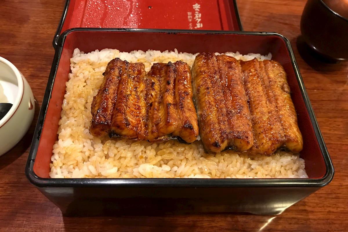 お米の上に鰻3分の2が乗っている丼