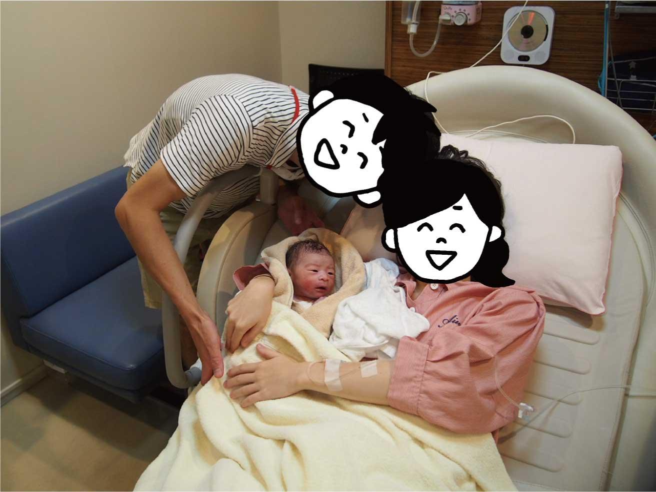 分娩室で生まれた赤ちゃんとその夫婦