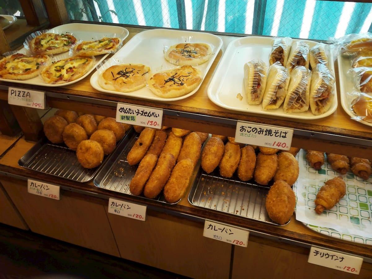 あろあベーカリーの売り場に並ぶパン