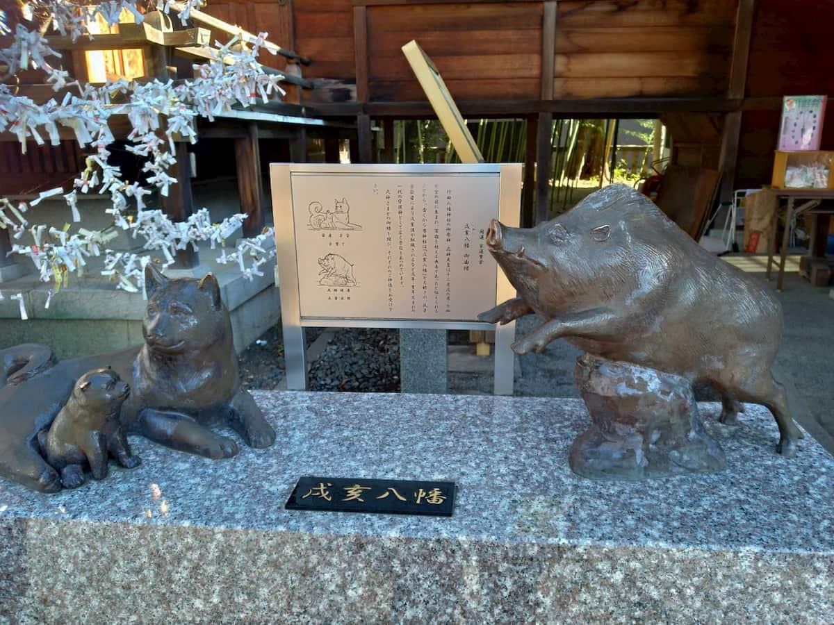 行田八幡神社の犬と猪の像