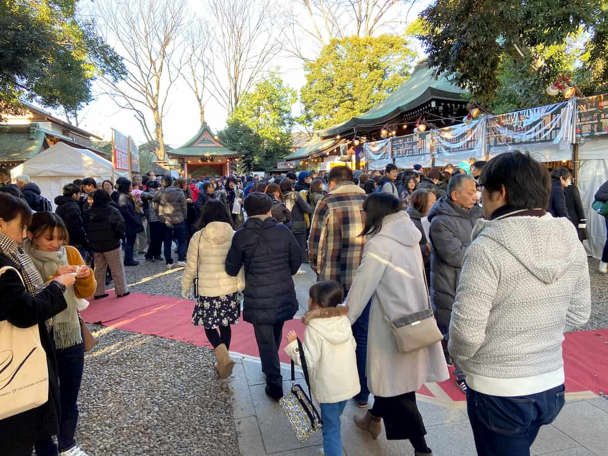 川越氷川神社の境内の人混み