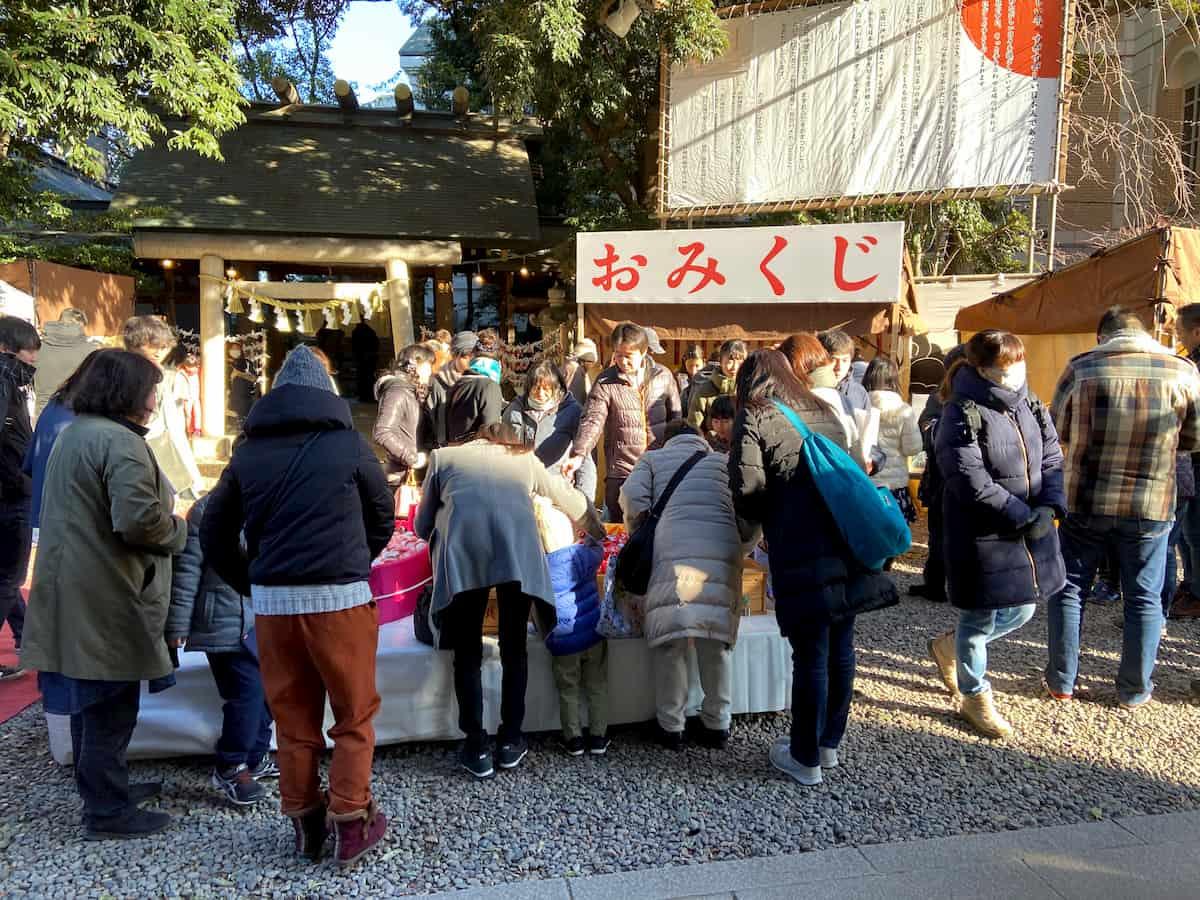 川越氷川神社でおみくじを買う参拝客