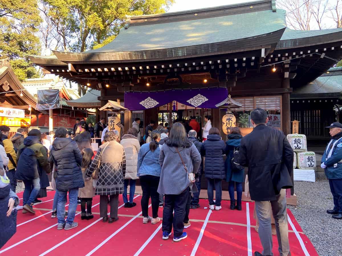 川越氷川神社の賽銭箱前の参拝客