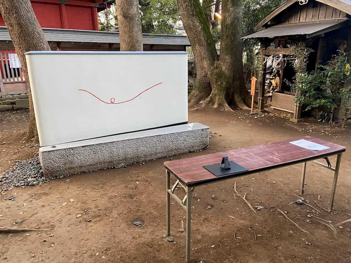 赤い糸ベンチと手前にあるテーブル