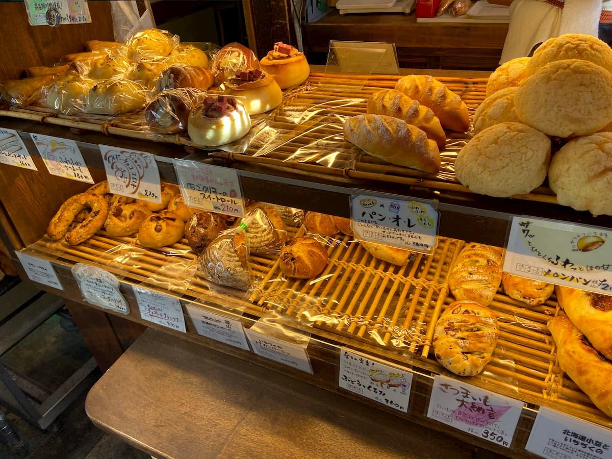 楽々の店内に並ぶパンたち
