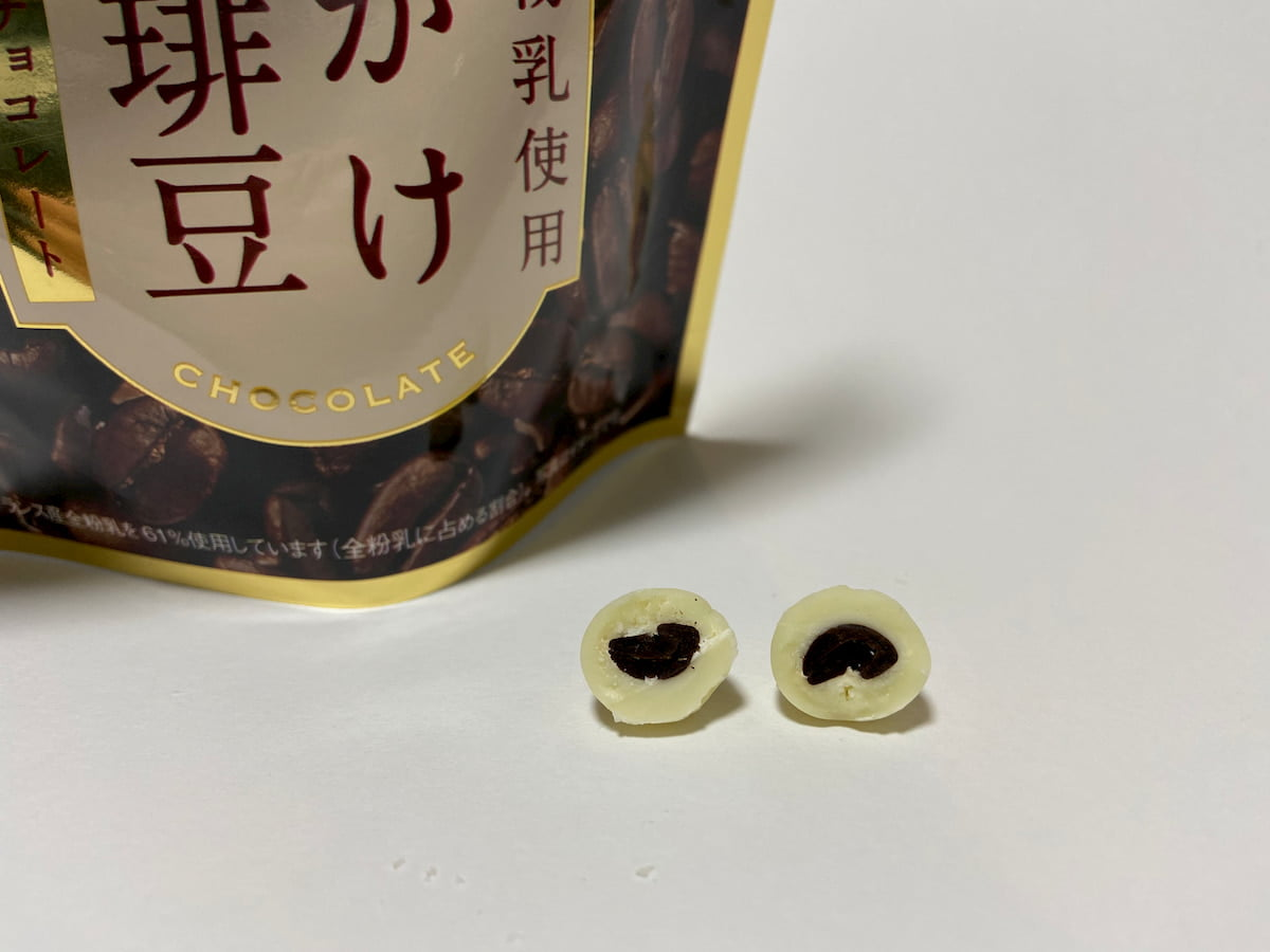 チョコがけ完熟珈琲豆ホワイトチョコレートの断面