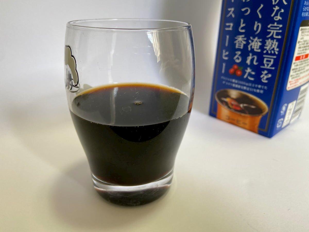 「贅沢な完熟豆をじっくり淹れたふわっと香るアイスコーヒー」を入れたコップ
