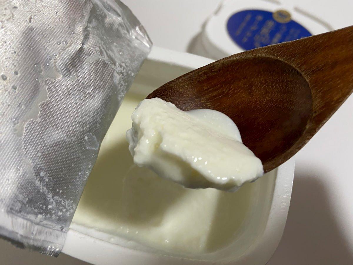スプーンですくった八ヶ岳高原産生乳100%ヨーグルト