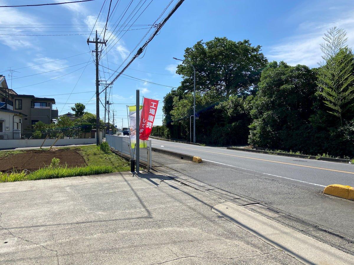 ナカミチ食品の前の道路の旗