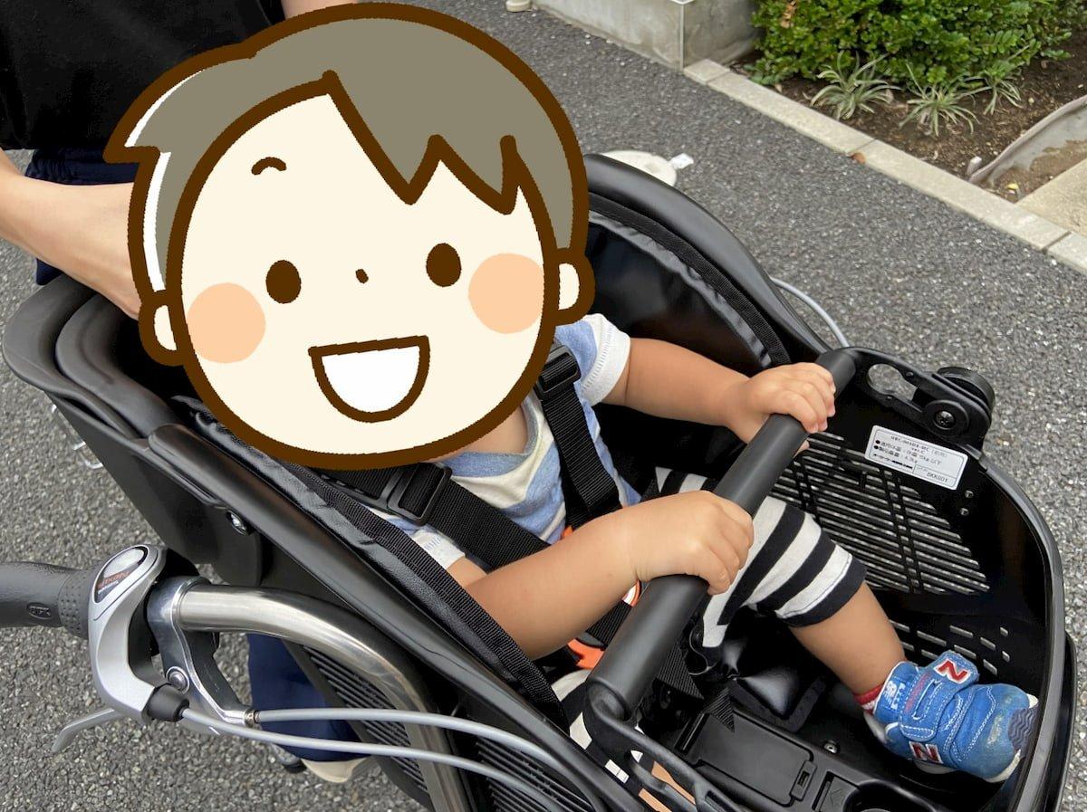 Birthdayの自転車に乗せられた1歳の子供