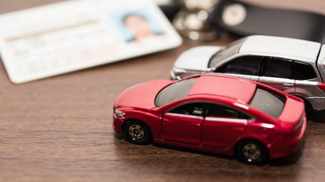 自動車のミニチュアと免許証