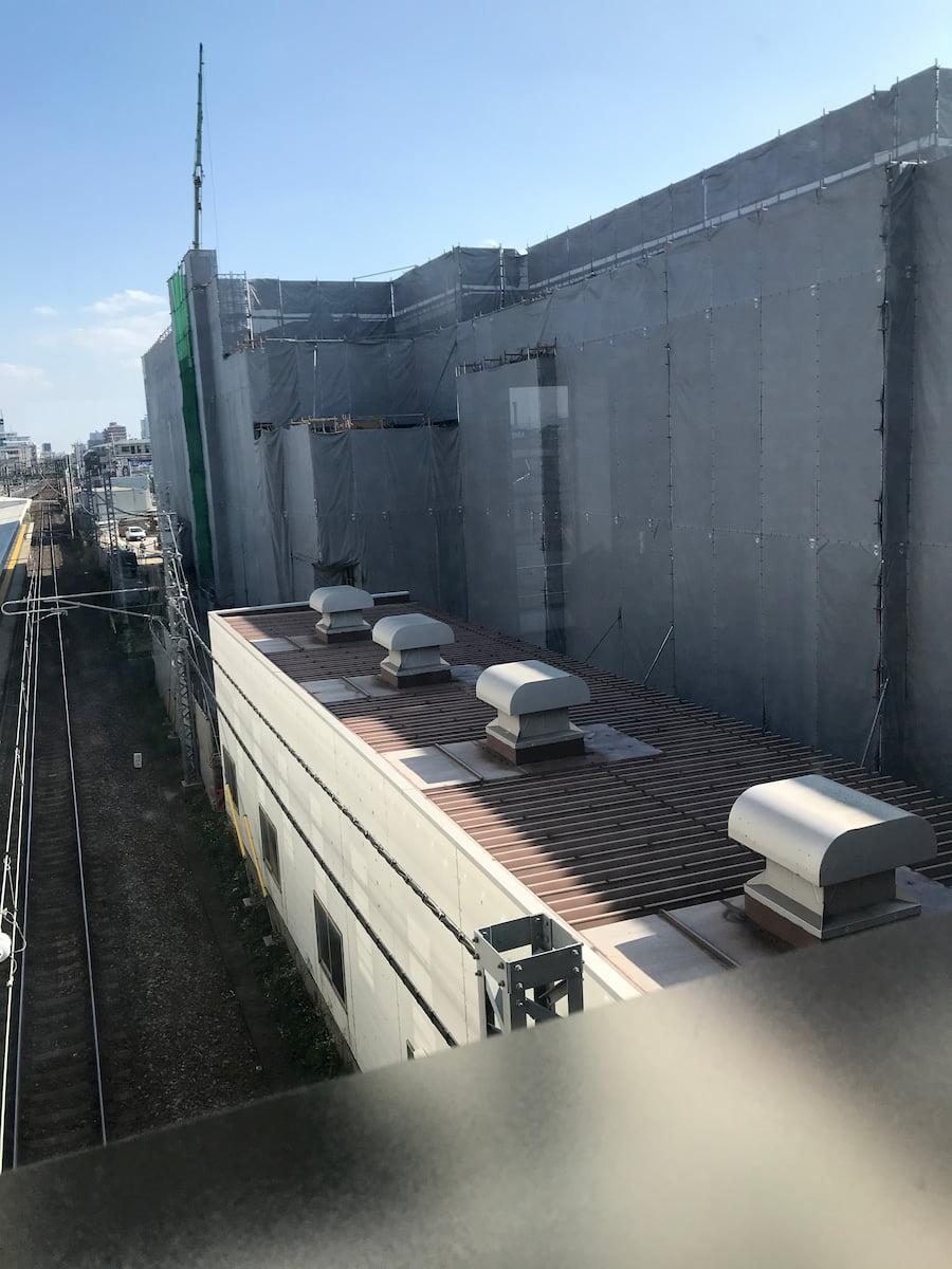 新河岸駅前の工事中の建物