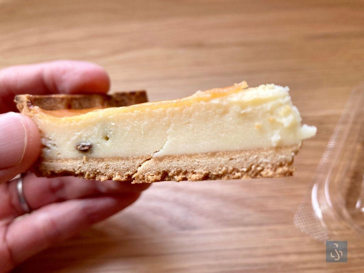 濃厚チーズタルトの断面